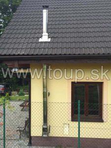 trojvrstvový nerezový komín po fasáde domu