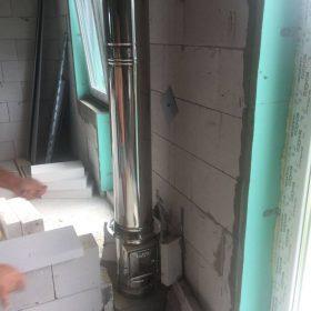 nerezový trojvrstvový komín vnútrom domu