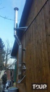 nový trojvrstvový nerezový komín pre dom s drevenou fasádou