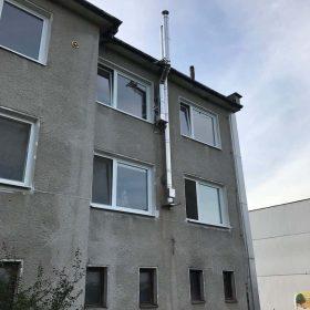 nový trojvrstvový nerezový komín pre bytový dom