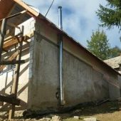 trojvrstvový nerezový komín s prestupom cez strechu